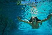 年轻女子水下