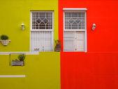 墙。阳台门外。明亮的颜色。芥末酱的颜色和猩红